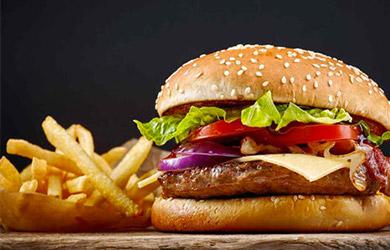 Hamburguesa, patatas fritas y bebida