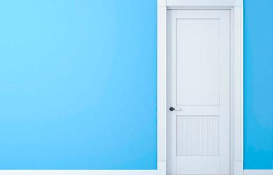 Lacado o barnizado de puerta y marco a rodillo fino